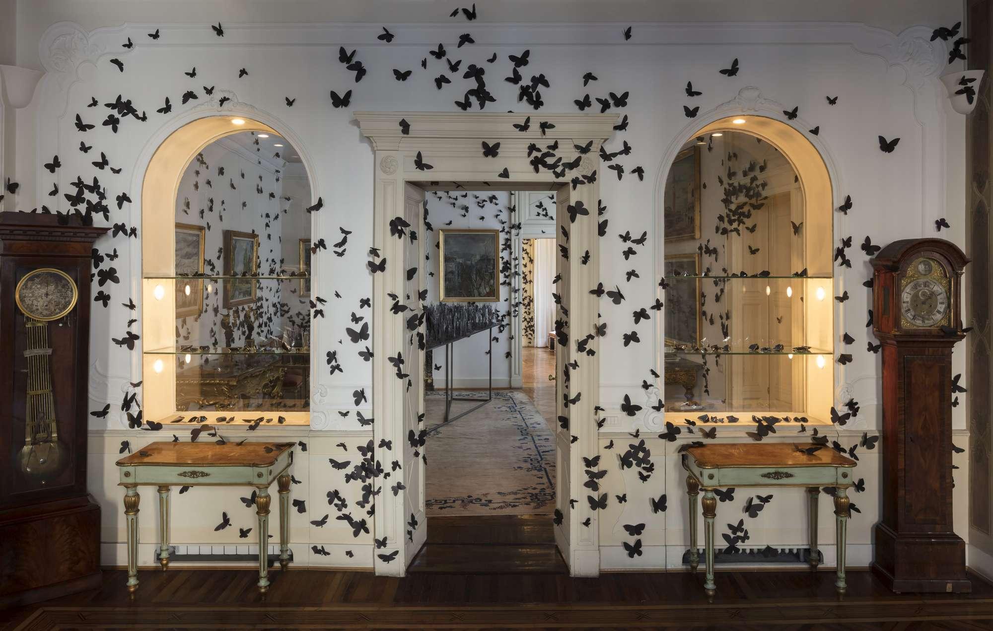 Fuorisalone, migliaia di farfalle nere invadono la Fondazione Pini