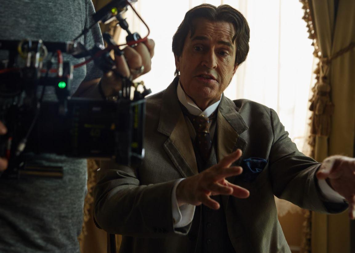 Rupert Everett si trasforma in Oscar Wilde