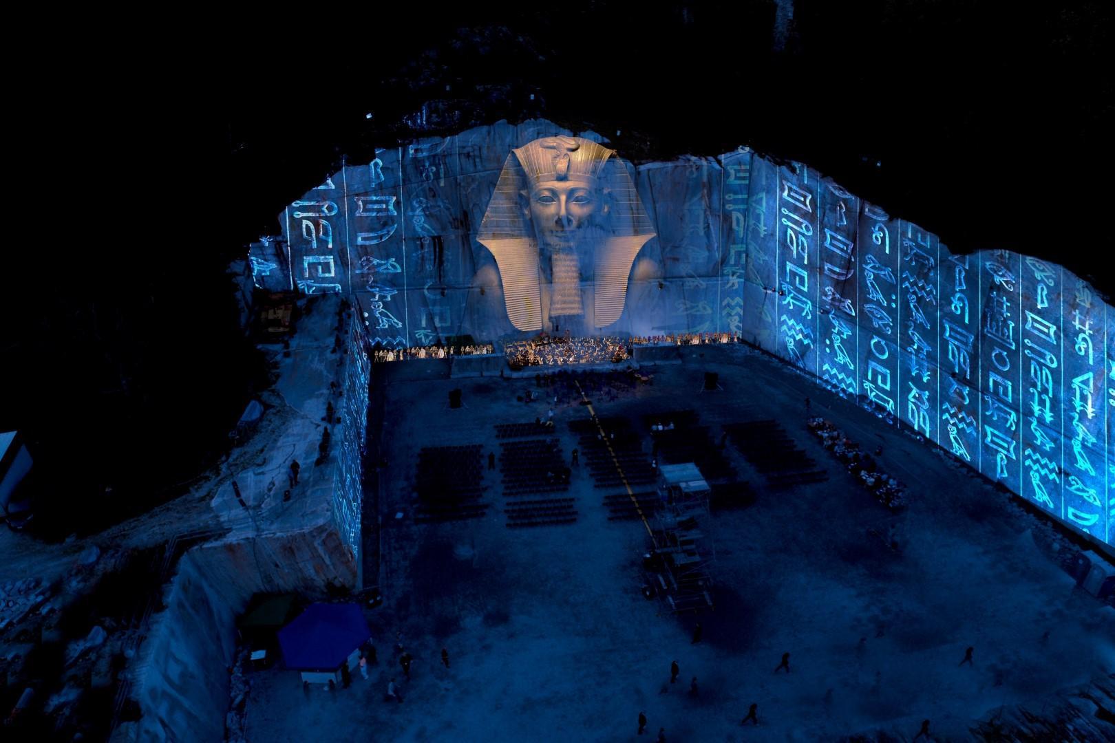 Piemonte: l'Aida in gigantesche cave di marmo