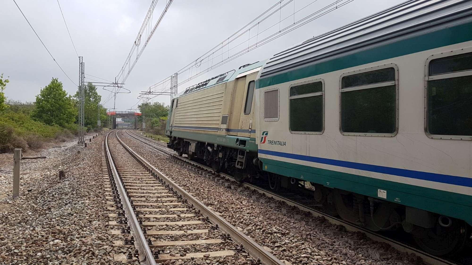 Gru privata urta treno regionale che esce dai binari nel Cuneese ... 3252017d4d