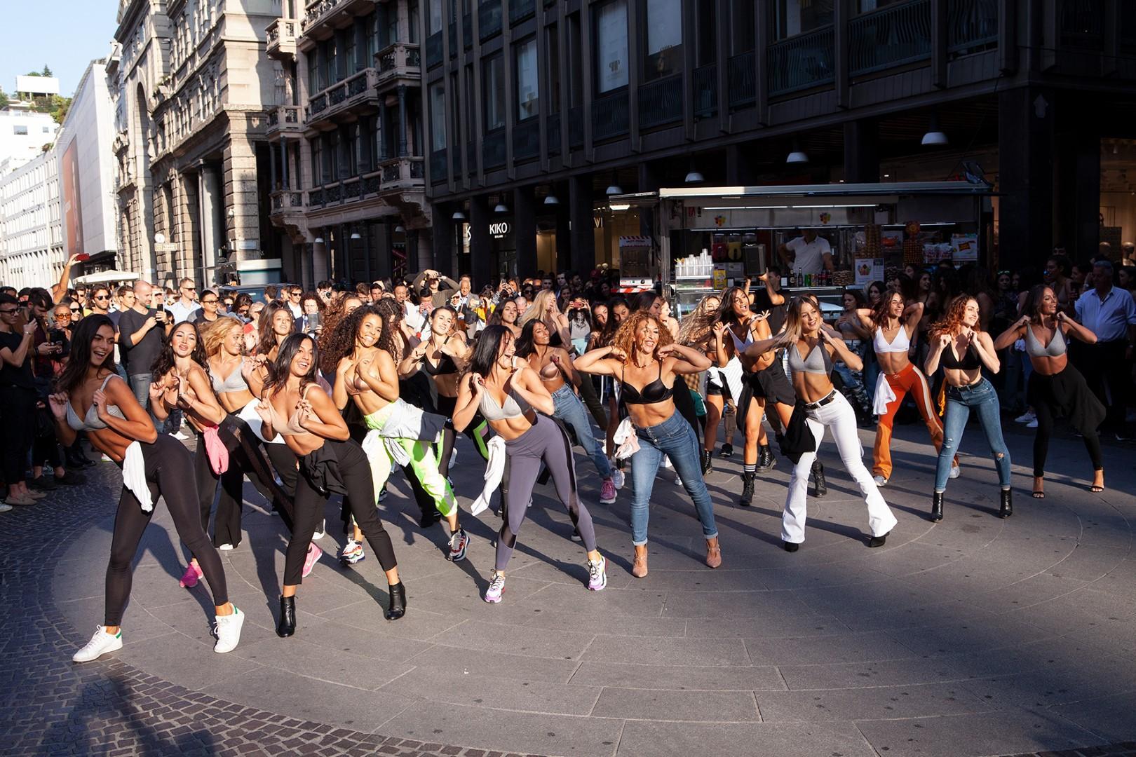 Milano Fashion Week, non solo sfilate: tutte in reggiseno per il flash mob