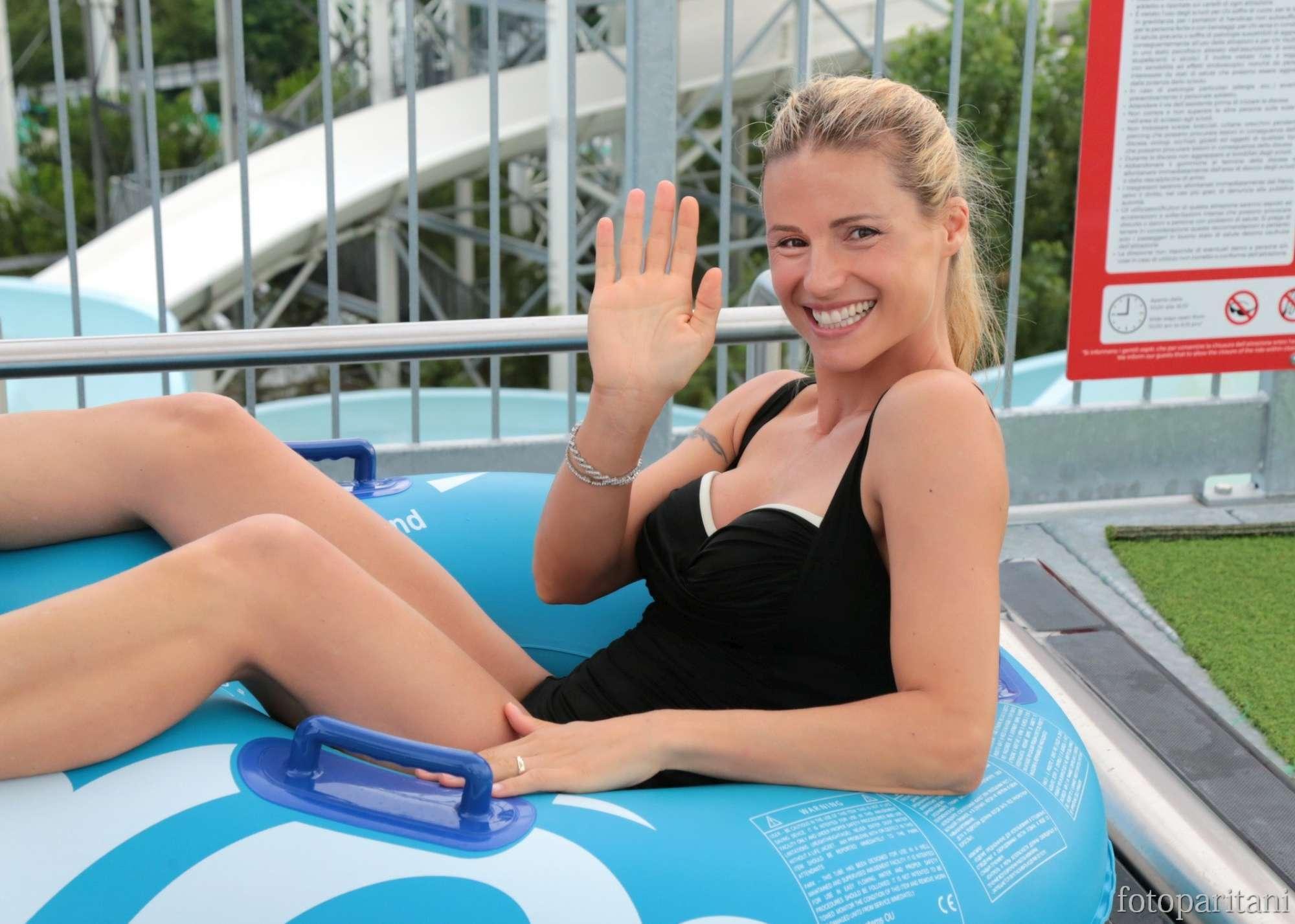 Michelle Hunziker, acrobazie in acqua con Tomaso Trussardi