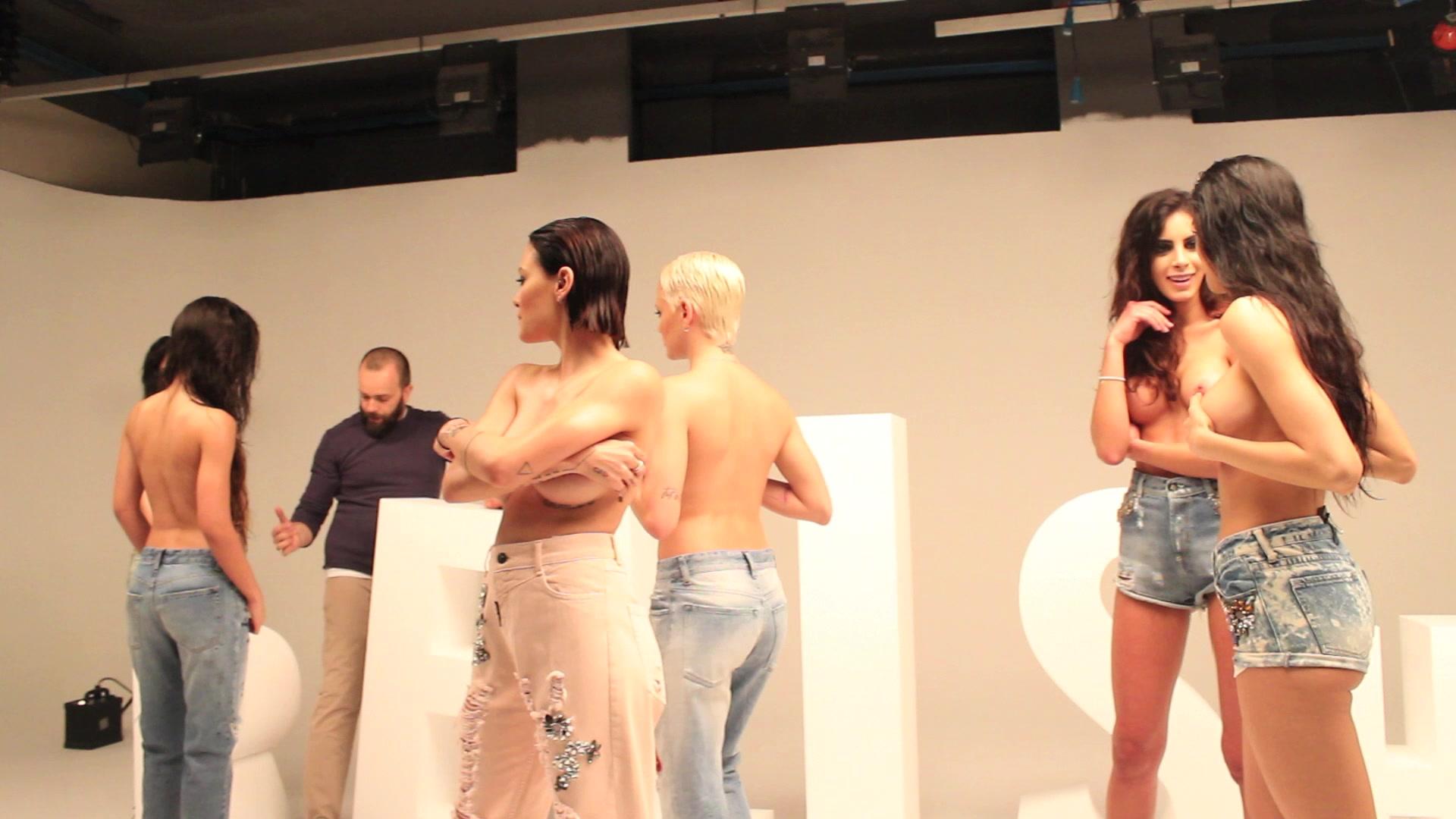 Le Donatella si mettono a nudo