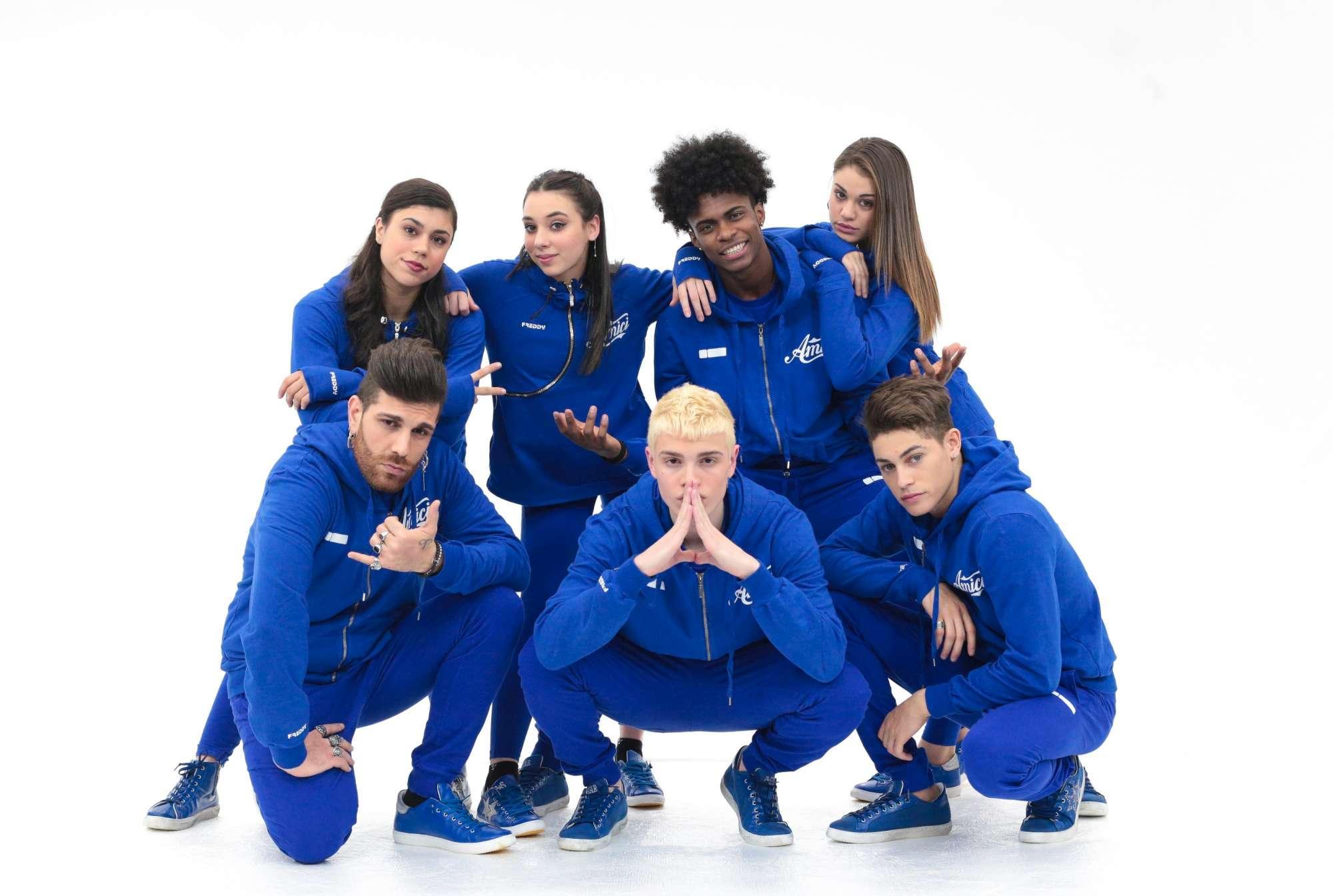 Amici , i concorrenti finalisti: bianchi contro blu