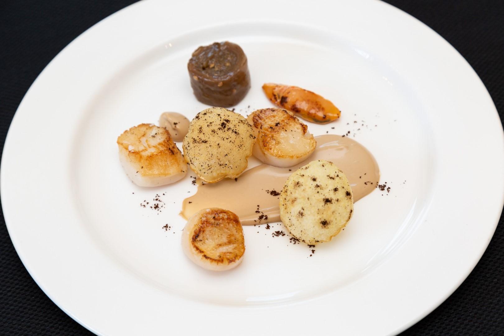 Lo chef consiglia:  Capesante con crema di caffè Nespresso India, liquirizia e patate soffiate .