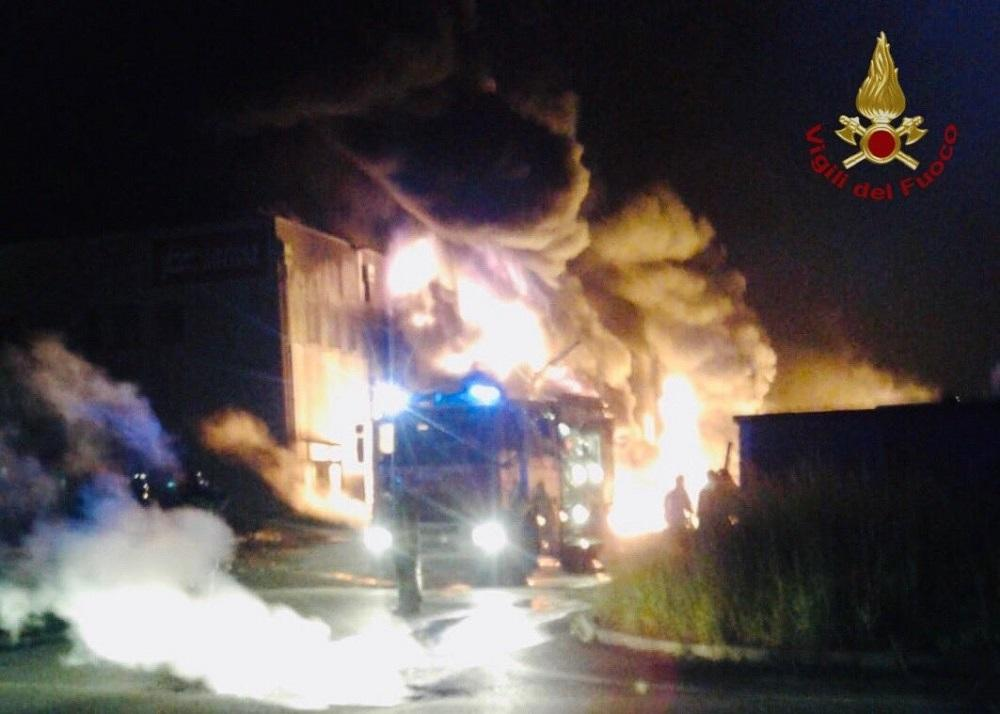 Faenza, incendio di un capannone Lotras: difficile spegnerlo