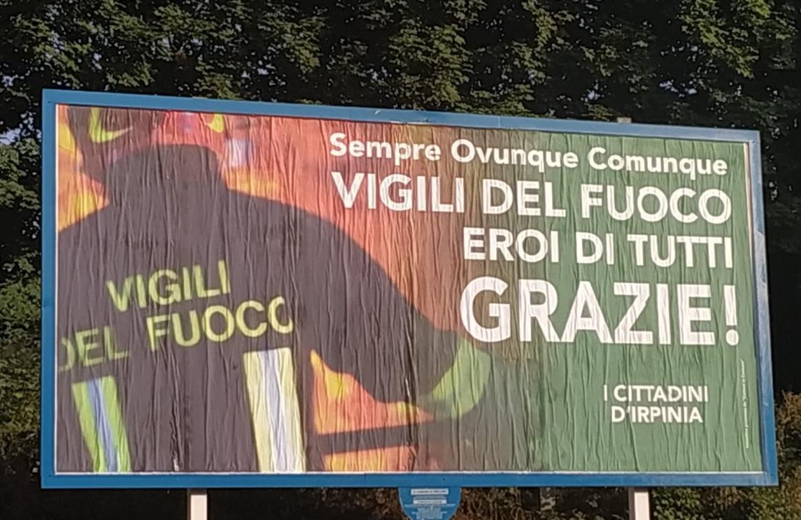 Incendio Avellino, i vigili del fuoco rispondono al cartellone dei cittadini:  Ci riempite d orgoglio per l affetto