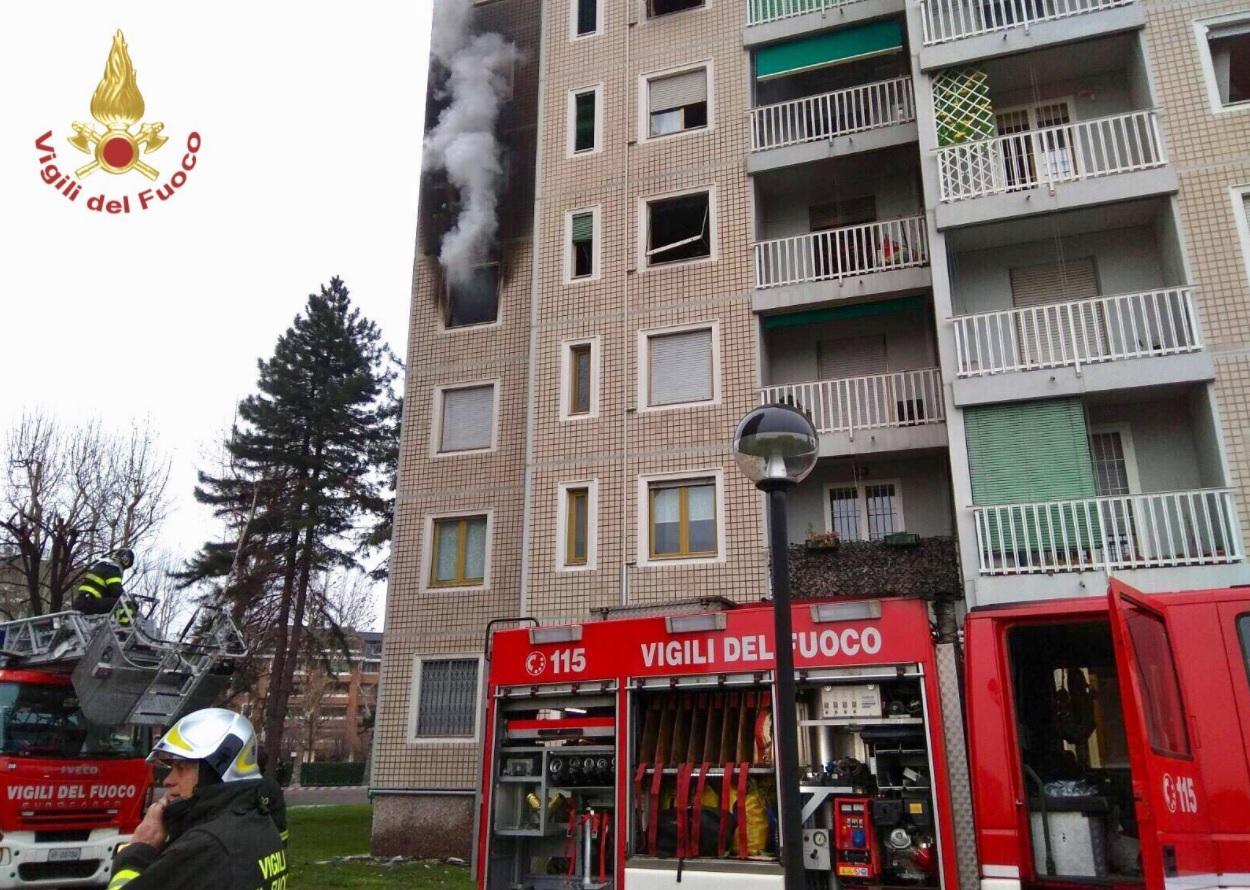 Milano, fumo e fiamme in un palazzo di 14 piani in via Quarenghi