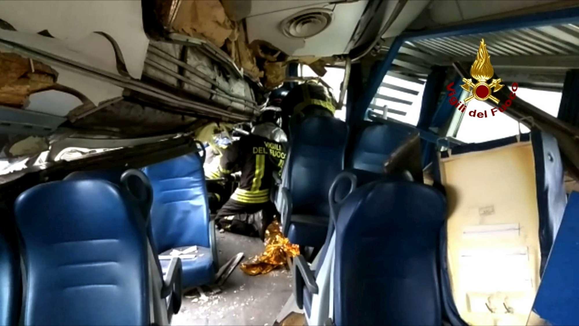 Treno deragliato, le foto dei soccorsi nei vagoni