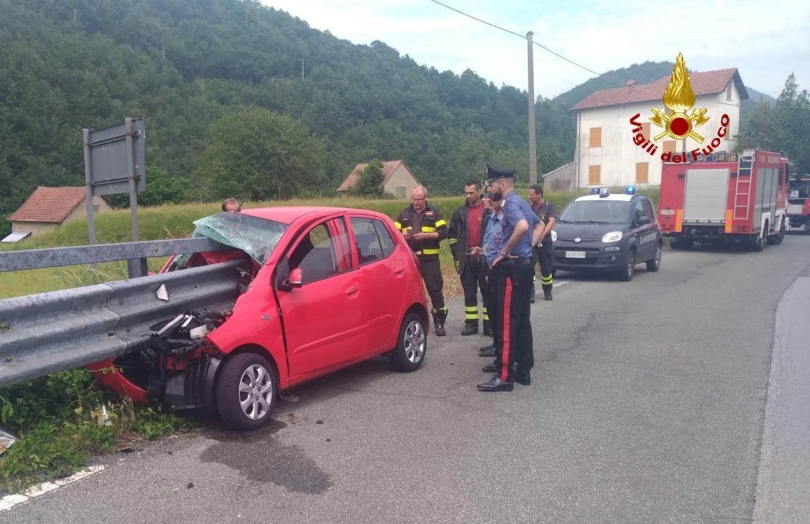 Genova, auto contro guardrail: conducente vivo per miracolo