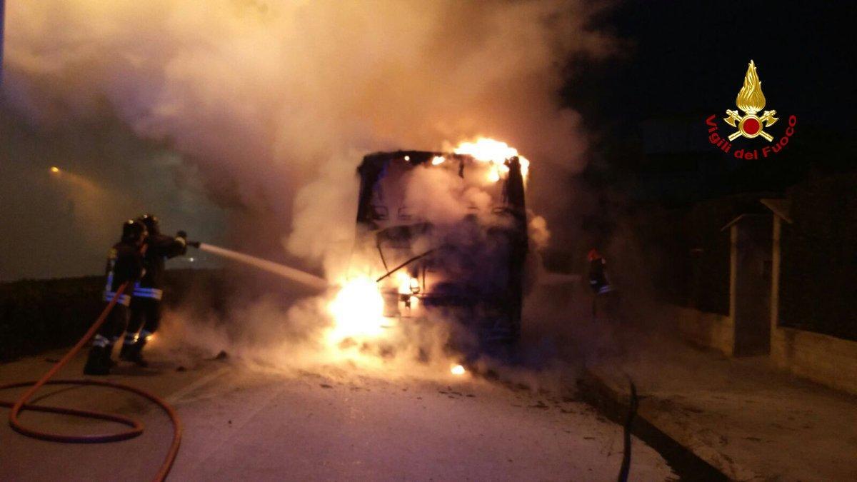Il bus in fiamme a Sottomarina di Chioggia, l intervento dei vigili del fuoco