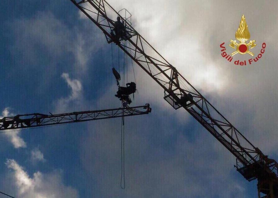 L Aquila, i cavi di due gru si incastrano per il forte vento: spettacolare intervento aereo dei vigili del fuoco