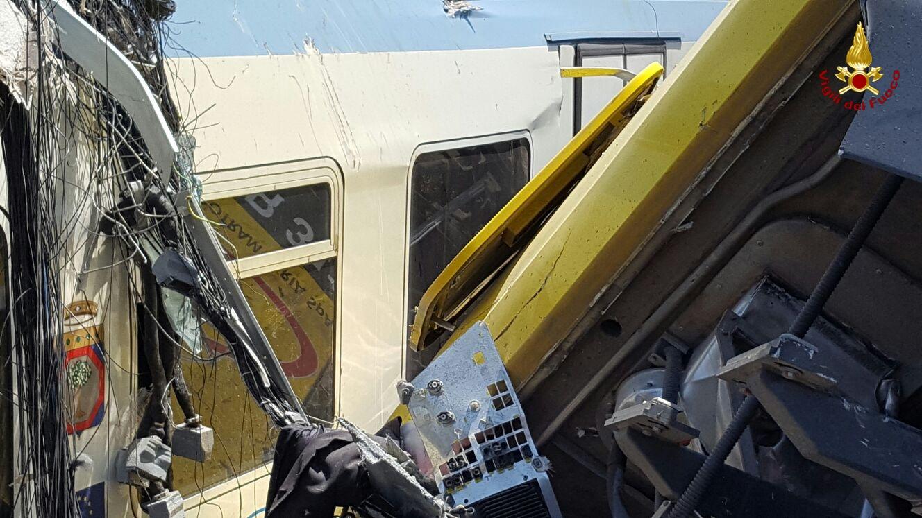 Frontale tra treni nel Barese: le foto dai vigili del fuoco