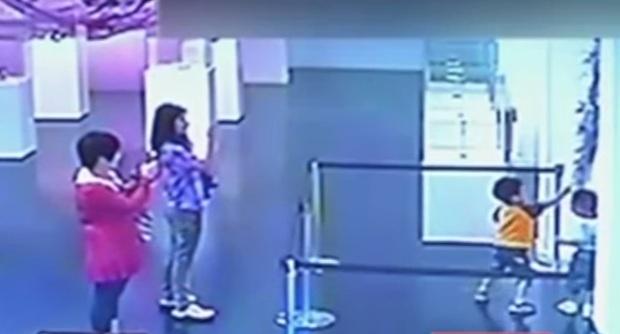 Shanghai, due bambini distruggono un opera in un museo: le mamme li filmano con il telefonino