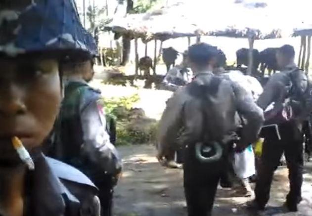 Birmania, i poliziotti picchiano gli abitanti di un villaggio