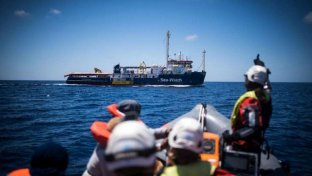 Migranti, la Sea Watch verso Lampedusa: è in acque italiane