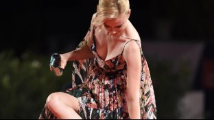 Venezia 72, incidente sul red carpet per Elizabeth Banks