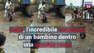 India, l incredibile acrobazia di un bimbo dentro una vecchia ruota