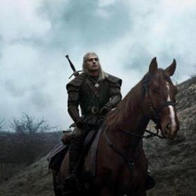 The Witcher, prima foto di Henry Cavill in sella al cavallo Rutilia