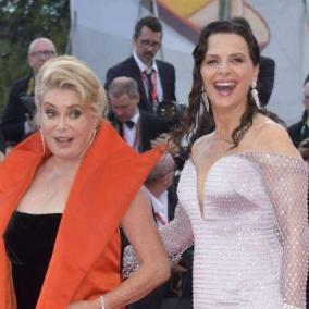 Venezia 76, applausi per il film d apertura  La verité : Deneuve e Binoche prime regine del red carpet