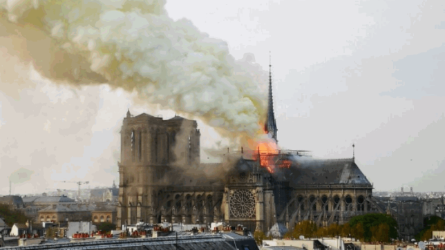 Incendio in corso a Notre-Dame VIDEO <iframe width=