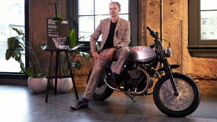 Moto Guzzi V7 Tomoto star del London Design Festival